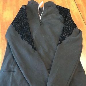 Lululemon sweatshirt w front pocket
